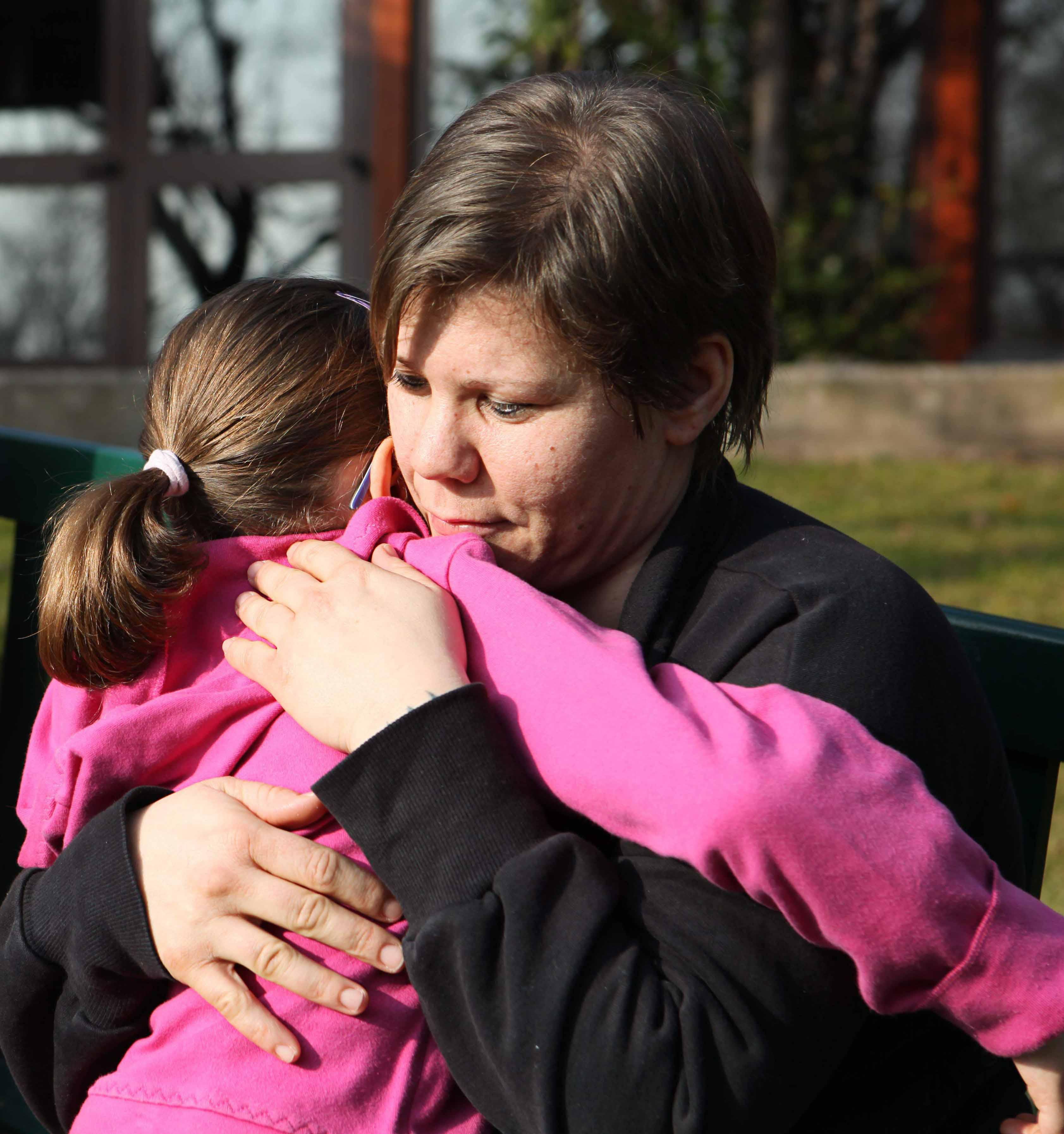 San Patrignano. Gruppo mamme. Martina Bassi con Daniela Monteleone con la figlia Eleonora. Ragazze comunità. Abbraccio.
